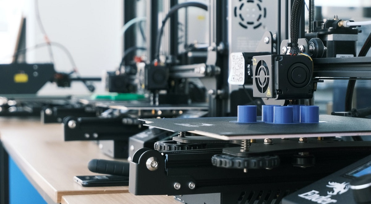 5D printing setup for creating objects.